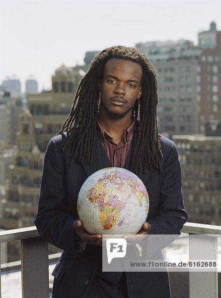 Städtisches Motiv  Städtische Motive  Straßenszene  Straßenszene  Mann  halten  Globus