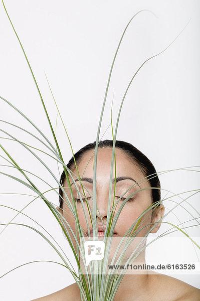 Frau  halten  frontal  Indianer  Gras