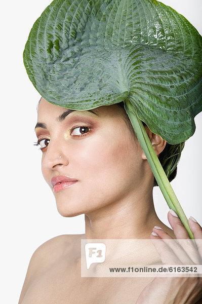 Frau  Pflanzenblatt  Pflanzenblätter  Blatt  halten  frontal  Indianer