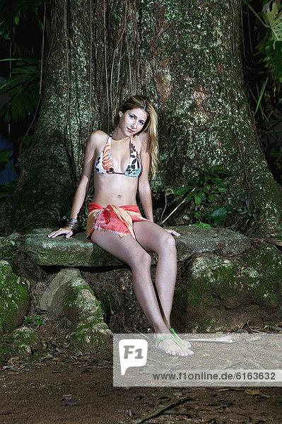 Laubwald Frau Bikini Hispanier Kleidung