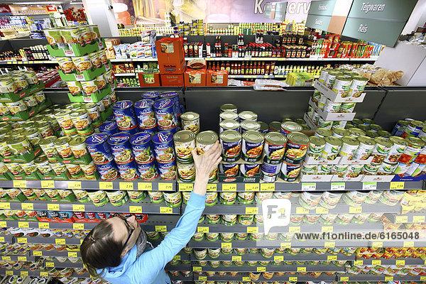 Frau kauft im Supermarkt ein  Lebensmittelabteilung  Selbstbedienung  Deutschland  Europa