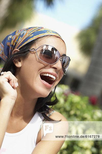 Hispanische Frau lachen
