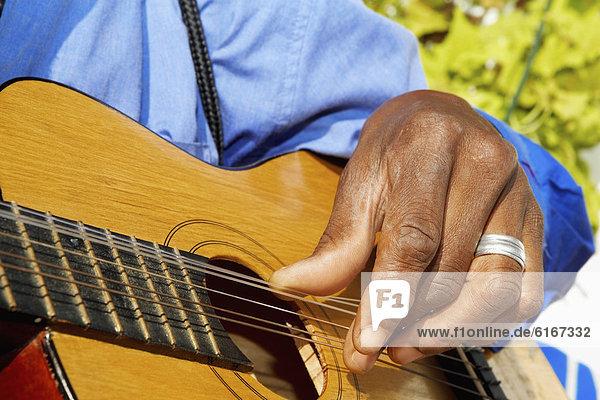 hoch  oben  nahe  Mann  Gitarre  spielen hoch, oben ,nahe ,Mann ,Gitarre ,spielen