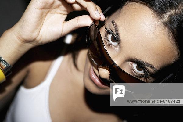 Hispanische Frau mit Sonnenbrille Hispanische Frau mit Sonnenbrille