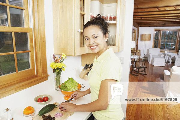 Frau  Küche  Gemüse  jung  hacken