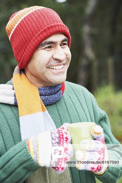 Außenaufnahme  Mann  Tasse  Kaffee  freie Natur