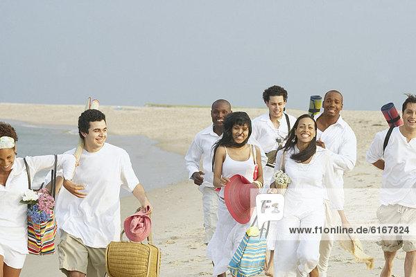 Zusammenhalt  Freundschaft  gehen  Strand