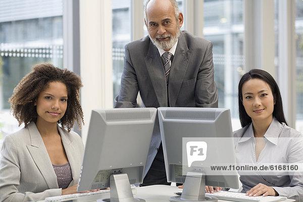 hinter  Computer  Wirtschaftsperson  multikulturell