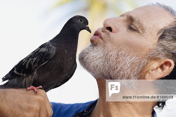 Mann küssen Vogel