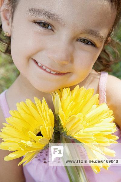 Mädchen hält Blumenstrauß im Freien Mädchen hält Blumenstrauß im Freien