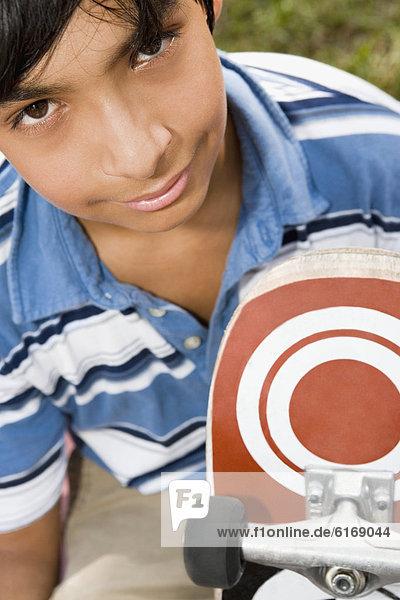Junge - Person  Hispanier  halten  Skateboard Junge - Person ,Hispanier ,halten ,Skateboard