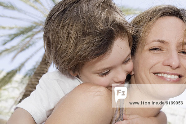 Mutter und Sohn umarmt Mutter und Sohn umarmt