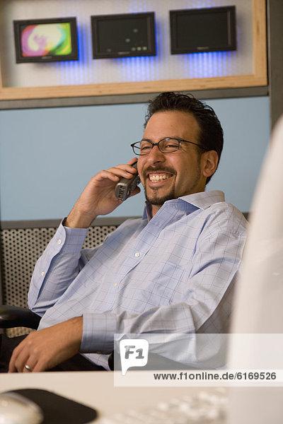 sprechen  Geschäftsmann  Hispanier  Telefon