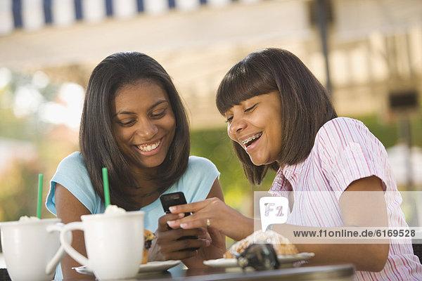 Handy  sehen  Mädchen  Jugendlicher