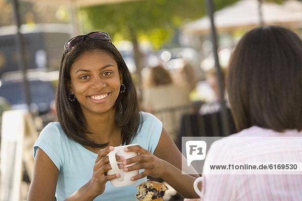 Becher halten Kaffee Jugendlicher Mädchen
