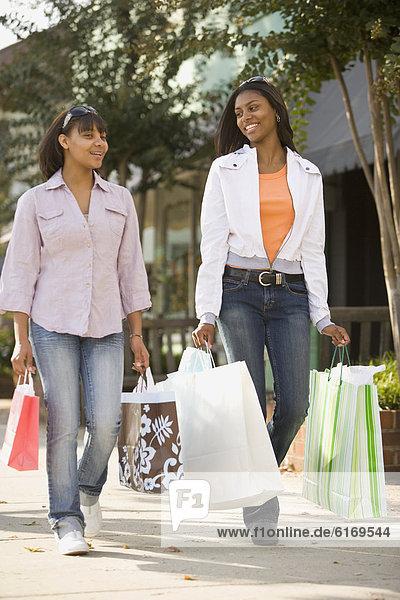 tragen  Tasche  kaufen  Mädchen  Jugendlicher