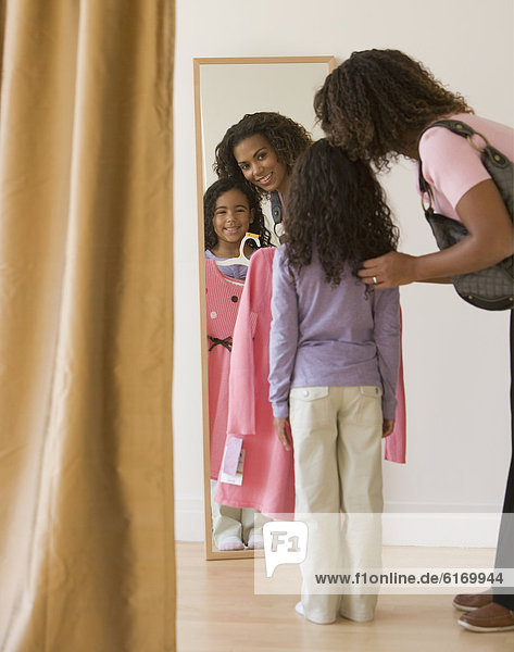 Kleidung  kaufen  Tochter  Mutter - Mensch