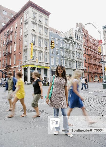 stehend , Städtisches Motiv,  Städtische Motive,  Straßenszene,  Straßenszene , Frau , Weg , mischen , Mixed