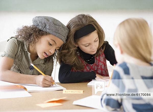 schreiben  Mädchen  multikulturell  Tisch