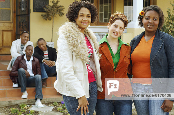 Frau Freundschaft umarmen Hintergrund multikulturell