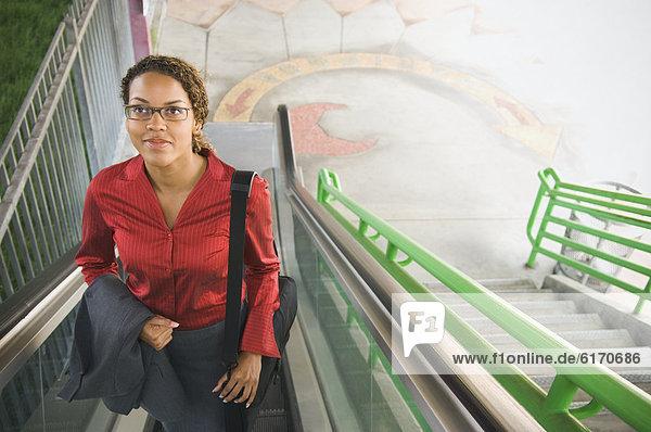 Rolltreppe  Geschäftsfrau