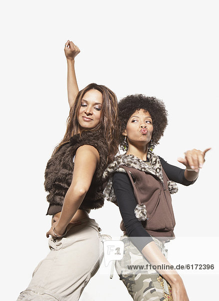 Junge Frauen tanzen zusammen