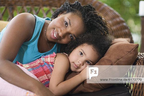 liegend liegen liegt liegendes liegender liegende daliegen Couch Tochter Mutter - Mensch