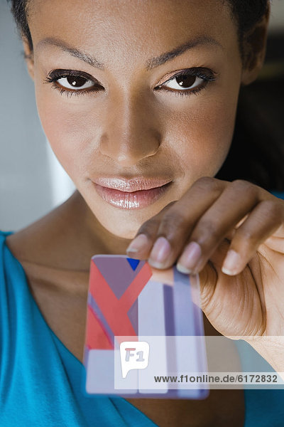 Frau  Hispanier  halten  Kredit  Kreditkarte  Karte Frau ,Hispanier ,halten ,Kredit ,Kreditkarte ,Karte