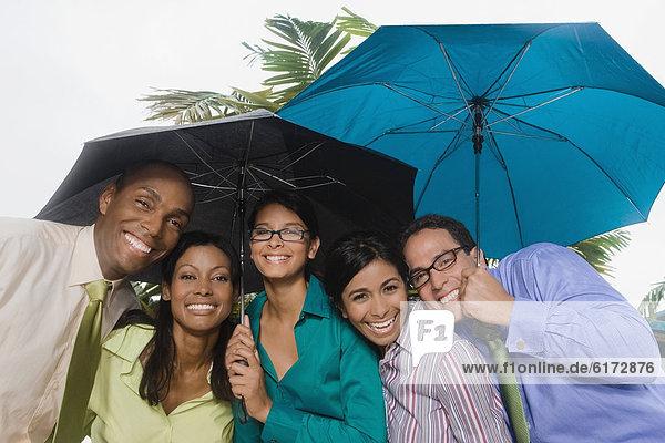 stehend  Wirtschaftsperson  Regenschirm  Schirm  Hispanier  unterhalb