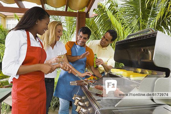 Freundschaft  multikulturell  grillen  grillend  grillt Freundschaft ,multikulturell ,grillen, grillend, grillt