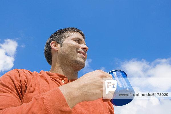 Außenaufnahme  Mann  Hispanier  trinken  Kaffee  freie Natur Außenaufnahme ,Mann ,Hispanier ,trinken ,Kaffee ,freie Natur