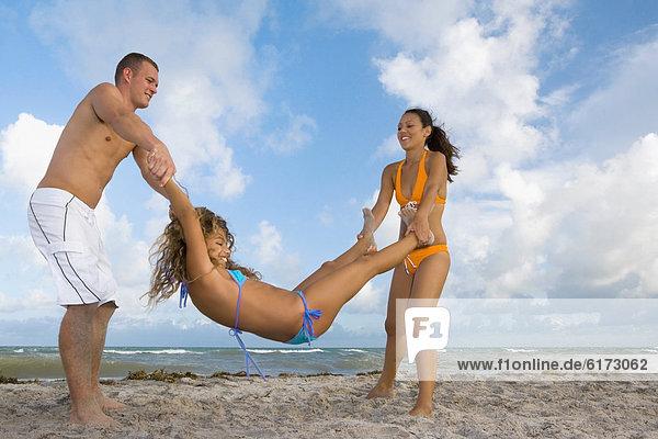 Freundschaft  Strand  multikulturell  spielen