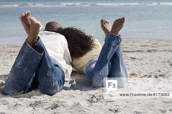 liegend  liegen  liegt  liegendes  liegender  liegende  daliegen  Strand  multikulturell