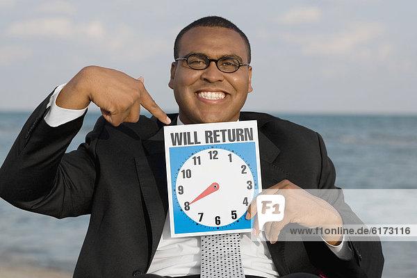 Geschäftsmann  halten  Zeichen  Uhr  Signal