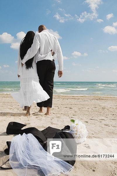Braut  Bräutigam  gehen  Strand Braut ,Bräutigam ,gehen ,Strand