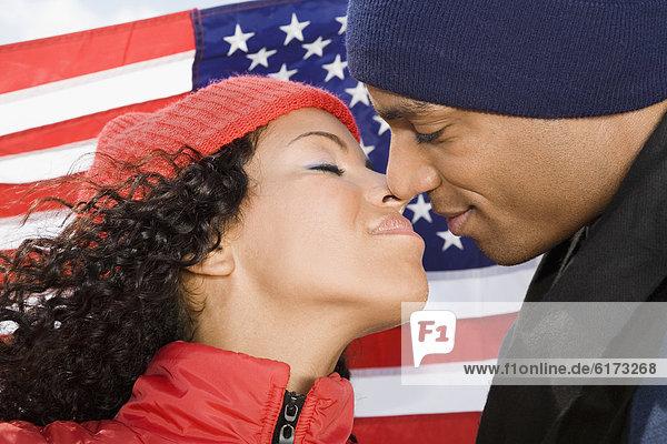 küssen  frontal  Fahne  amerikanisch  multikulturell küssen ,frontal ,Fahne ,amerikanisch ,multikulturell