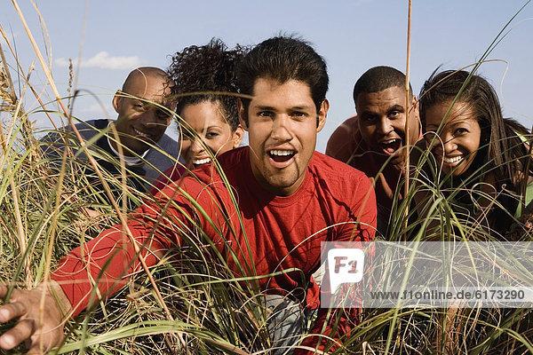 Freundschaft  sehen  blättern  groß  großes  großer  große  großen  Gras  multikulturell Freundschaft ,sehen ,blättern ,groß, großes, großer, große, großen ,Gras ,multikulturell