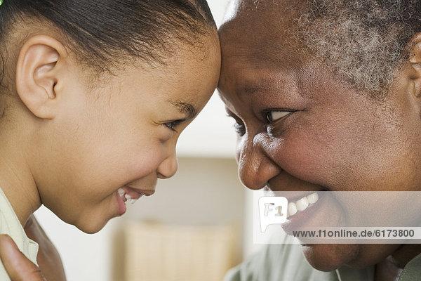 Senior  Senioren  Frau  lächeln  Enkeltochter