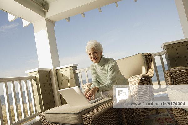 Senior  Senioren  benutzen  Frau  Notebook  Vordach