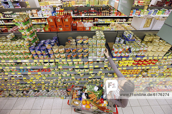 Frau kauft im Supermarkt ein  Selbstbedienung  Lebensmittelabteilung  Deutschland  Europa