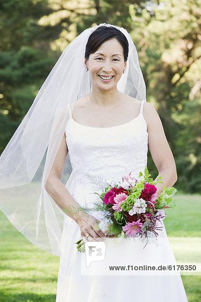 Blumenstrauß  Strauß  Braut  halten