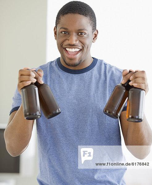 Mann  halten  Bier