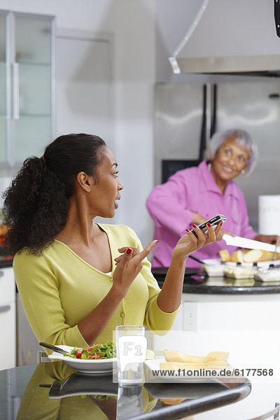 Handy  Frau  sprechen  Salat  amerikanisch  essen  essend  isst