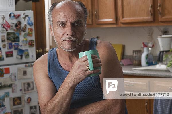 Europäer Mann ernst Küche trinken Kaffee