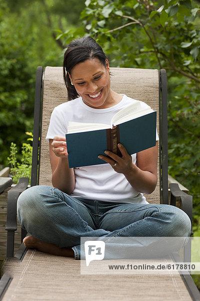 Frau Buch Garten amerikanisch Taschenbuch vorlesen