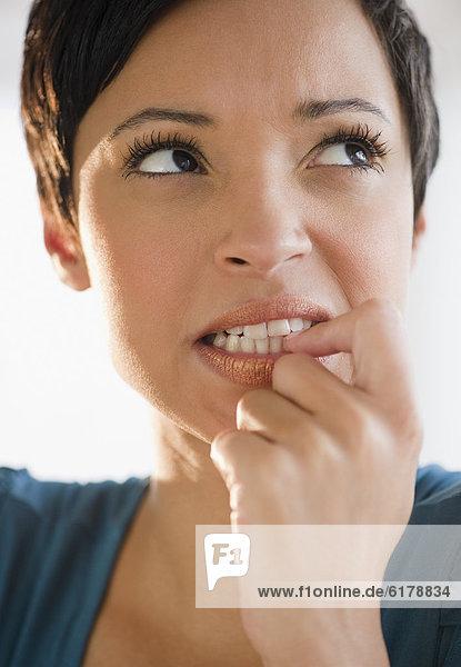 Frau  beißen  kurz  kurze  kurzes  kurzer  mischen  Haar  Mixed