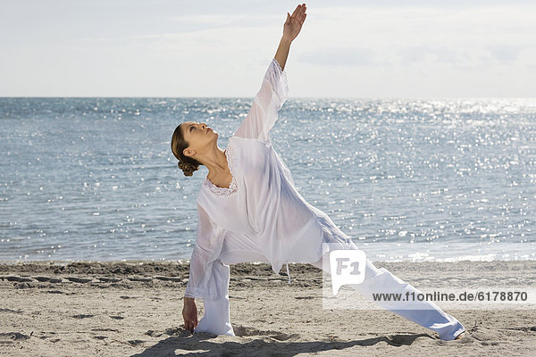 Frau  Hispanier  üben  Yoga