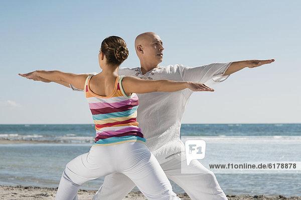 Hispanier üben Yoga