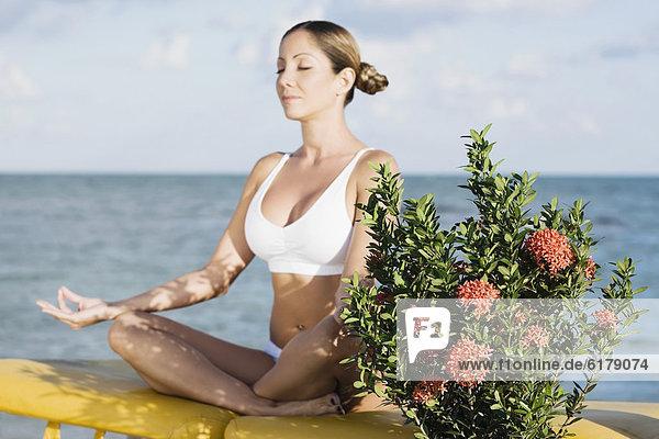 Frau Hispanier Meditation