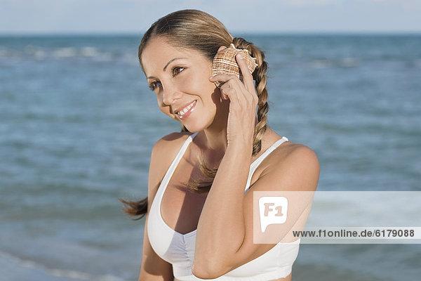 Muschel Frau zuhören Hispanier